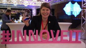Karoline Beronius från Stockholm håller upp sitt pris hon vann för innovationen Adressya.
