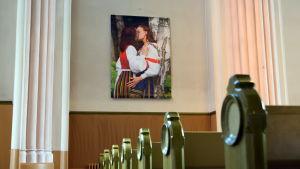 Lesbiska kvinnor i folkdräkt i Lovisa kyrka