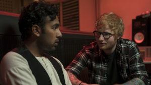 Jack (Himesh Patel) och Ed Sheeran sitter tillsammans och pratar.