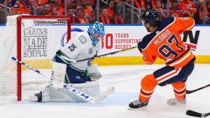 Edmontons Connor McDavid gör segermålet i matchen mot Vancouver.