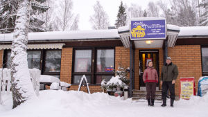 Isnäs café och mycket snö på gården.