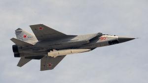 Ett ryskt Mikojan-Gurevitj MiG-31-jaktplan med den nya Kinzjal-missilen under buken.