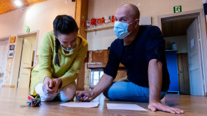 Amandine Doat och Kalle Katz sitter på golvet och planerar.