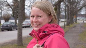 Bild på Daniela Laiho, utomhus. Hon ler och ser in i kameran.