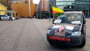 Demonstranters bil på Narinken i Helsingfors 19.10.2019