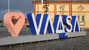 Vasa stads logo nere vid vattnet.