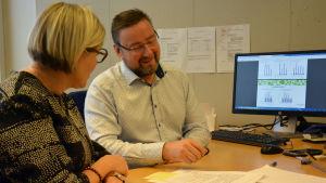 Ted Bergman och Katriina Sulonen går igenom skrivelser från skolelever i Malms skola.