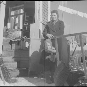 18.3.1940 Äiti ja lapsi valmiina lähtemään (Syväorosta itään).