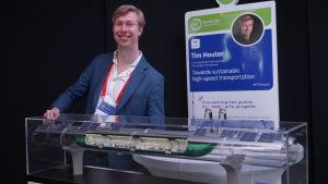 Tim Houter presenterar en modell av det snabbgående tåget