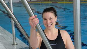 Julia Salmela fotograferad i en simbassäng.