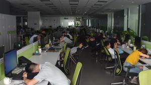 Personer tar tupplur på jobbet.