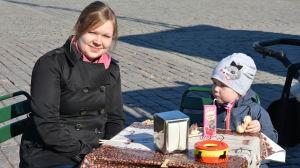 Mamma och barn på Salutorget i Åbo