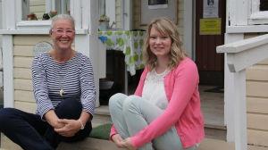 Info om Maria Lindebergs tibetanska meditationsverksamhet hittar man på byaportalen degerby.fi som Sonja Bäckman (till höger) har byggt upp.