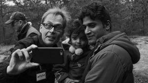 Kaj Arnö tar en selfie med en flykting