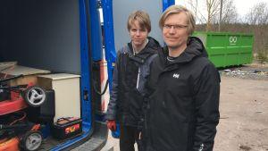 Benjamin Sjöberg och Kristian Backman hämtar skräp till sopstationen.