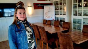 Emma Sandström-Sunqvist, krögare på Pavis står i en tom restaurang.