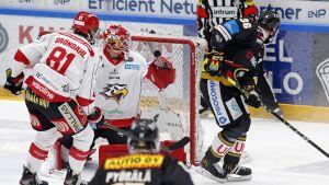 Jussi Jokinen lyfter pucken förbi Niko Hovinen.