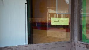 Skylt i fönstret vid Söderkulla skola med texten Årskurs 1.
