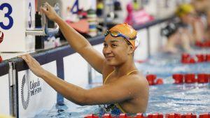 Mimosa Jallow i simbassängen.