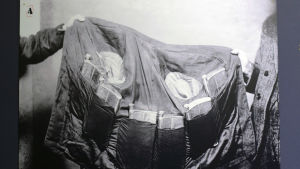 En svartvit bild av en jacka med fickor för hemliga spritpluntor.