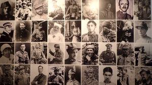 Bilder på människor på utställning i ett museum i Kobarid i Slovenien som berättar om slaget och fronten där under första världskriget.