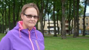 Merja Lepänaho i ett sommargrönt Lovisa centrum