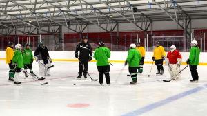Tränaren Petri Helander instruerar spelarna.