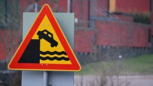 Trafikmärke som varnar för kajkant