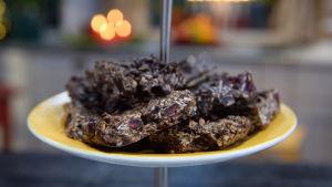 Ett fat med skurna havrekakor med choklad och tranbär.