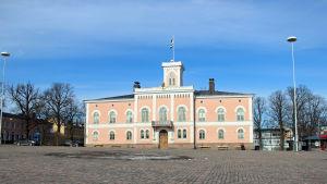 Lovisa torg med rådhuset i bakgrunden