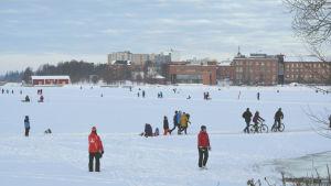 Skridskobana på norra Stadsfjärden i Vasa lockade ut Vasaborna.