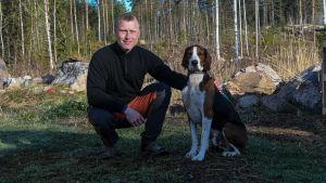 Joakim Bergqvist, verksamhetsledare vid Borgå jaktvårdsförening med sin hund Lyx