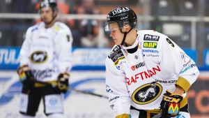 Jesse Puljujärvi håller blicken på pucken.