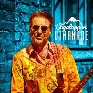 Ben Granfelt står med en elgitarr i famnen och solglasögon.