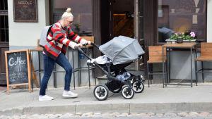 Mamma med barnvagn i Užupis i Vilnius.