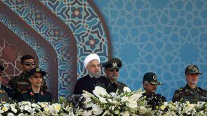 Irans president Hassan Rouhani talar vid en militärparad i Teheran lördagen 22.9.