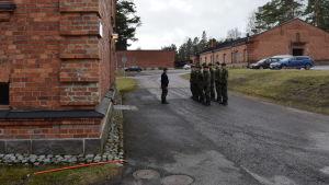 Beväringar utanför byggnad på Nylands brigad.