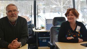 Personalen vid utlånings desken i bokbussen.
