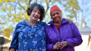 Monika Fagerholm och Ilse Klockars hade lätt att efter Fredagssnack 6 maj.