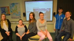 Gymnasieelverna vid Karis-Billnäs gymnasium framför webbplattformen som de har arbetet med.