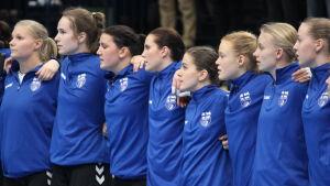 Betina Lillqvist, Ella Holopainen, Martina Genberg, Alexandra Roos, Anna Harri, Johanna Hilli, Annika Näräkkä och Lotta Kulju. Finland-Slovakien 6.3.2016.