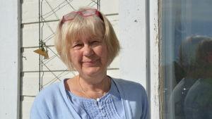 Helena Bruuns utanför tre små rum i Pargas.