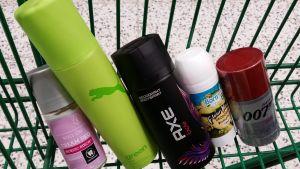 Deodorantteja kaupan korissa (miesten ja naisten)