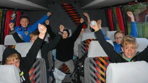 Ingåelever i buss påväg till Stafettkarnevalen i Vasa.