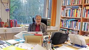 professor Mats Fridlund, Aaltouniversitetet, vid sitt skrivbord i Esbo
