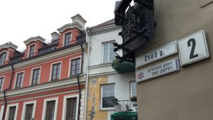 Judiska gatan i Vilnius har gatuskylt på tre språk; litauiska, hebreiska och jiddisch.