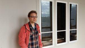 Jimmy Pulli utanför sin nya ateljé i en av byggnaderna på sockerbruket i Vaskolot, Vasa.