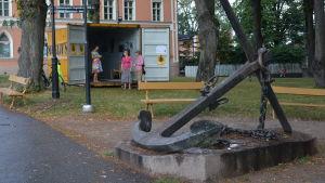en park i lovisa där en container ställts fram för pop-up galleri
