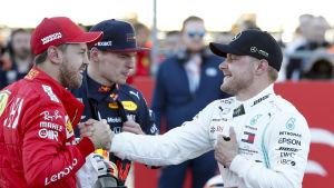 Sebastian Vettel håller i Valtteri Bottas hand.