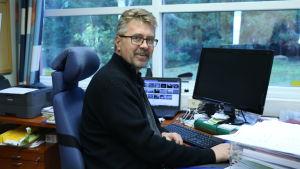 VD Stefan Skullbacka på Närpes Grönsaker i sitt arbetsrum